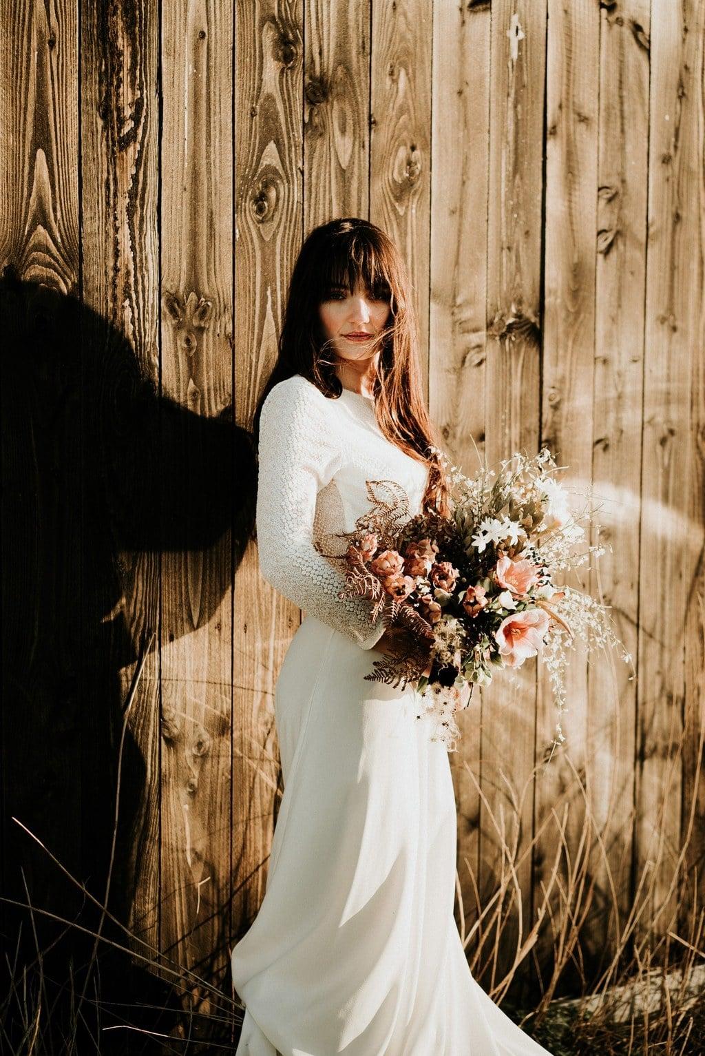"""Robe de mariée bohème Nantes avec bouquet de fleurs couleurs automnales réalisé par la fleuriste nantaise Marie de """" Ateier Aimer"""""""