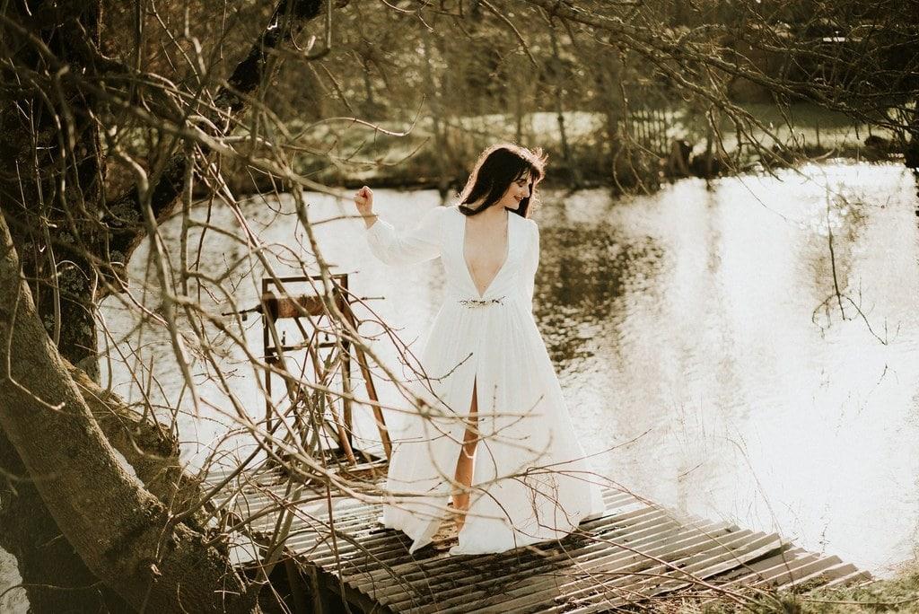 Robe de mariée bohème décolleté à manches longues bouffantes avec broche en fleurs séchées- Nantes