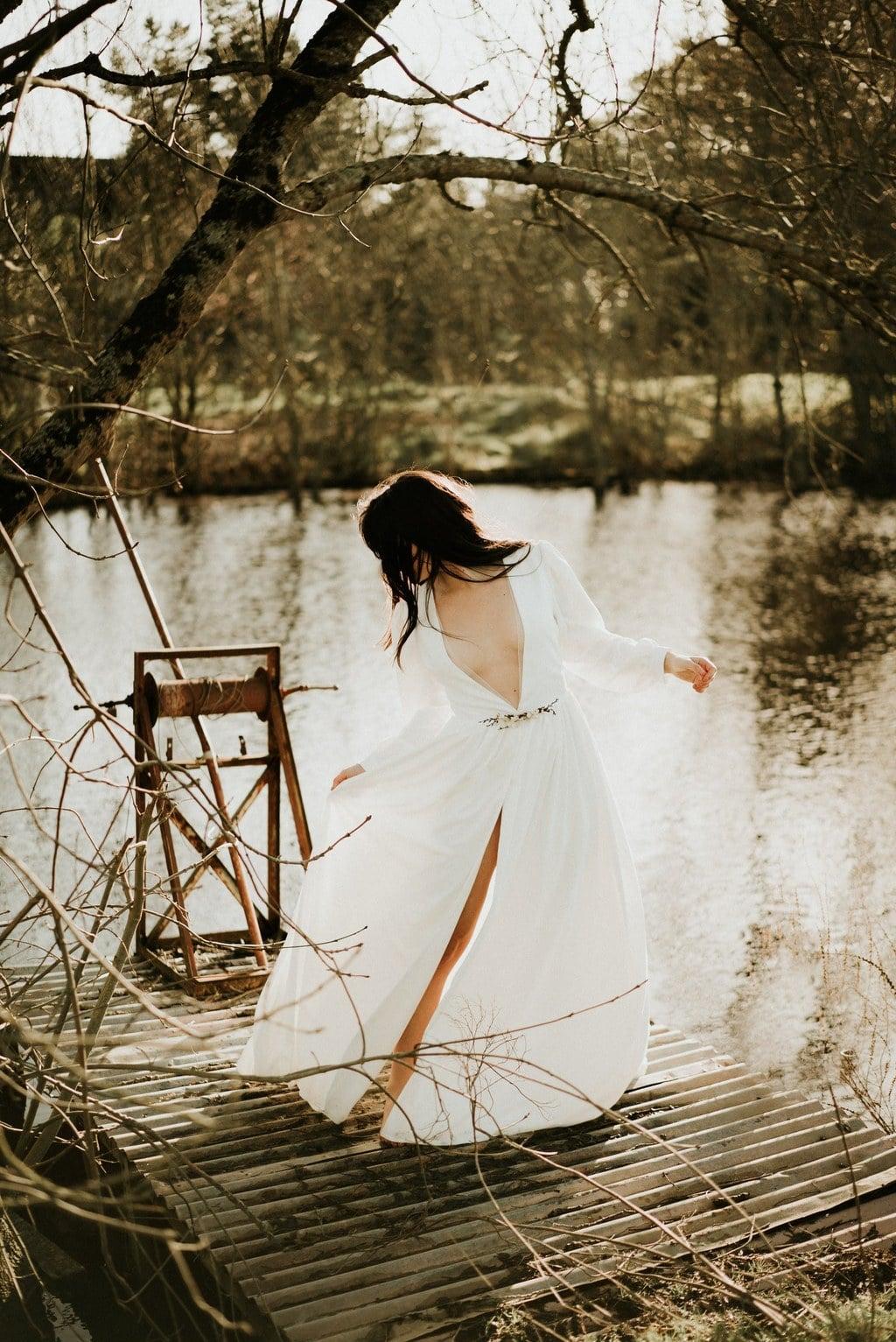 Robe de mariée bohème décolleté avec broche en fleurs séchées- Nantes - Maud Vigneau Les mariees de caractere