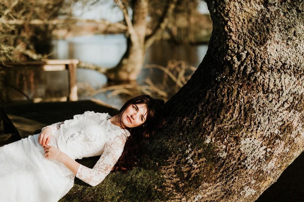 Robe de mariée bohème manches longues - tissu transparent avec fleurs blanches floquées - environnement naturel et sauvage