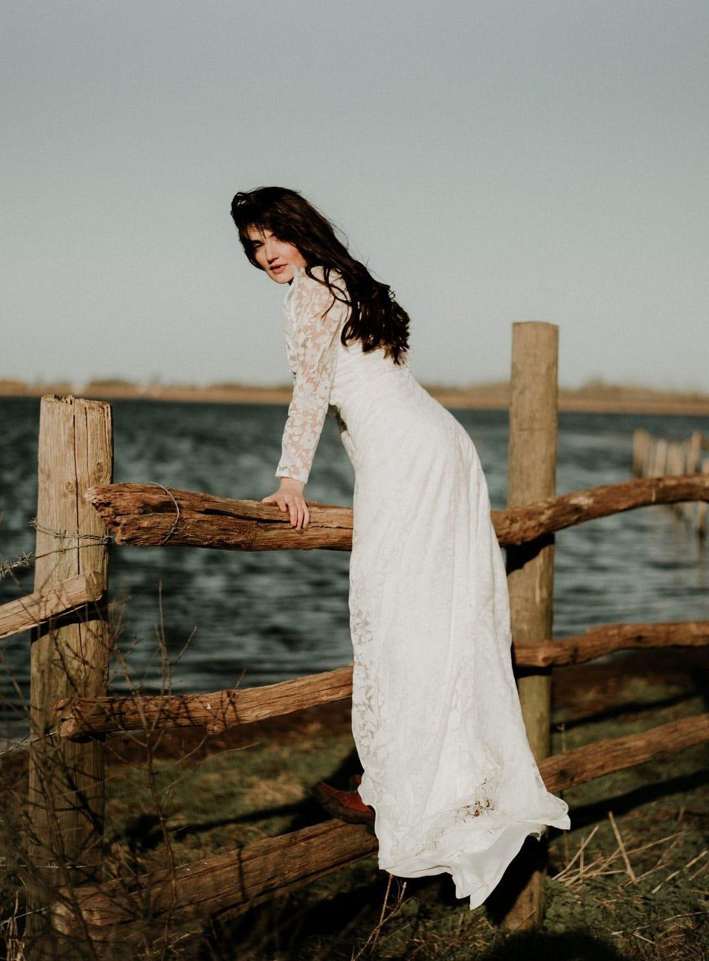 Robe de mariée bohème manches longues - tissu transparent avec fleurs blanches floquées