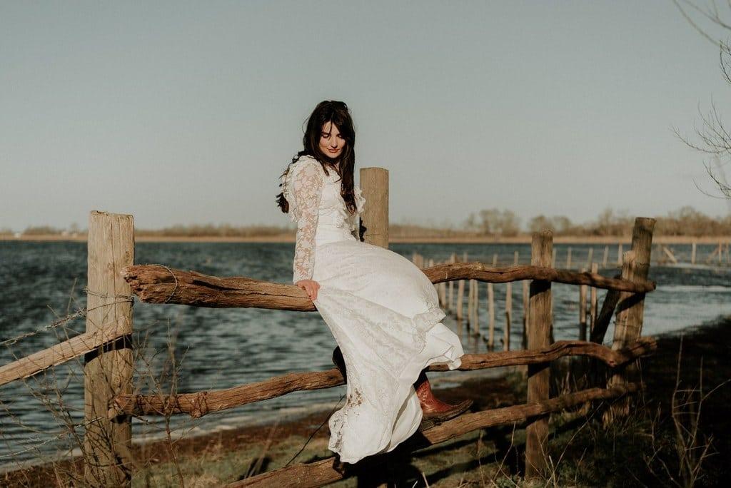 Robe de mariée bohème manches longues avec santiags - tissu transparent avec fleurs blanches floquées