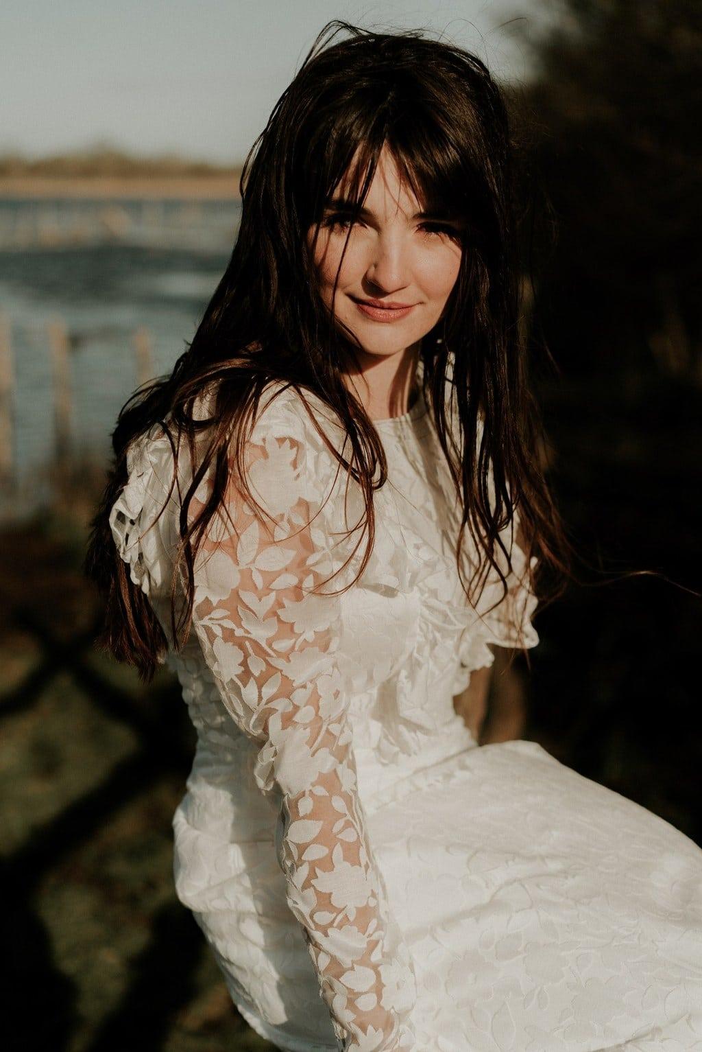 Robe de mariée bohème manches longues - tissu transparent avec fleurs blanches floquées - avec santiags