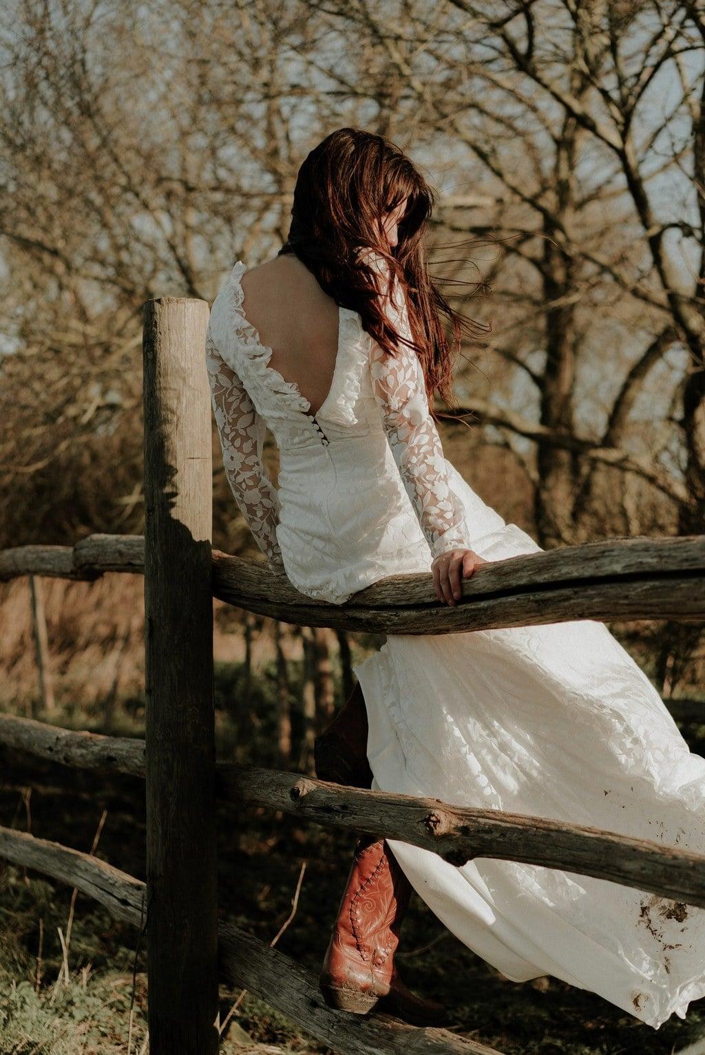 Détail dos robe de mariée bohème avec santiags - Tissu transparent avec fleurs blanches floquées