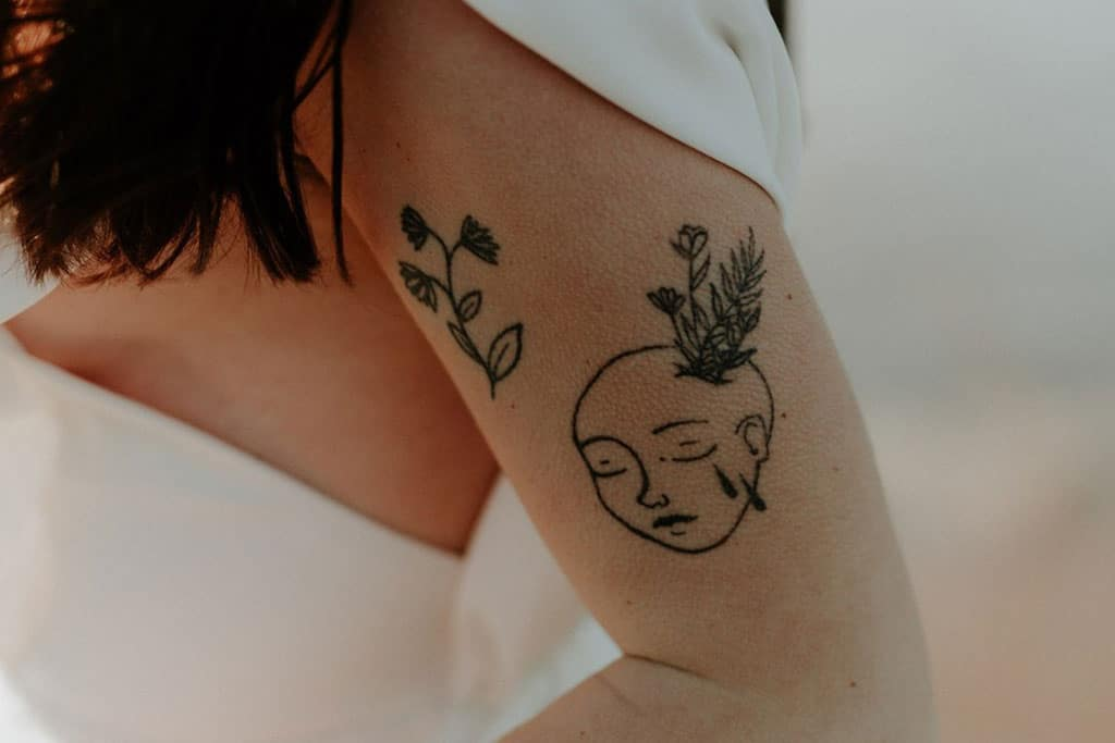 Détails côté robe de mariée - Tatouages floraux