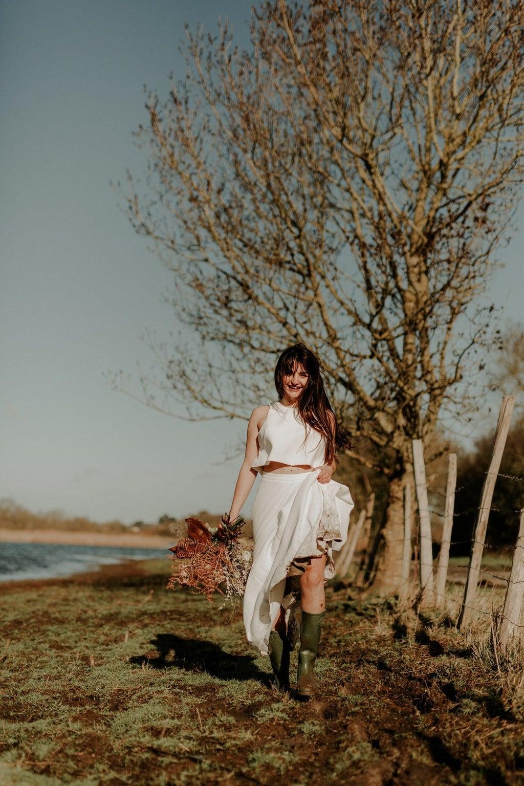 Robe de mariée deux pièces en crêpe - crop top et jupe longue avec bottes de pluie