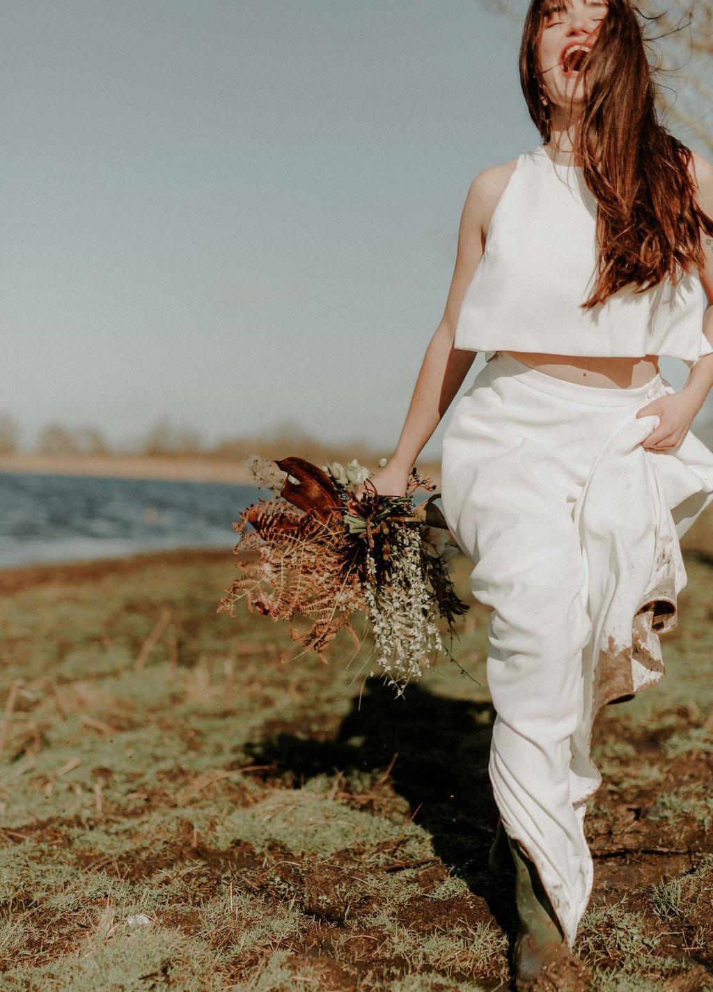 Robe de mariée deux pièces - crop top et jupe longue avec bottes de pluie