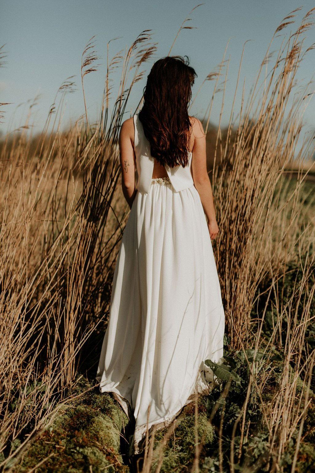 Détails dos robe de mariée bohème deux pièces en crêpe : crop top et jupe longue