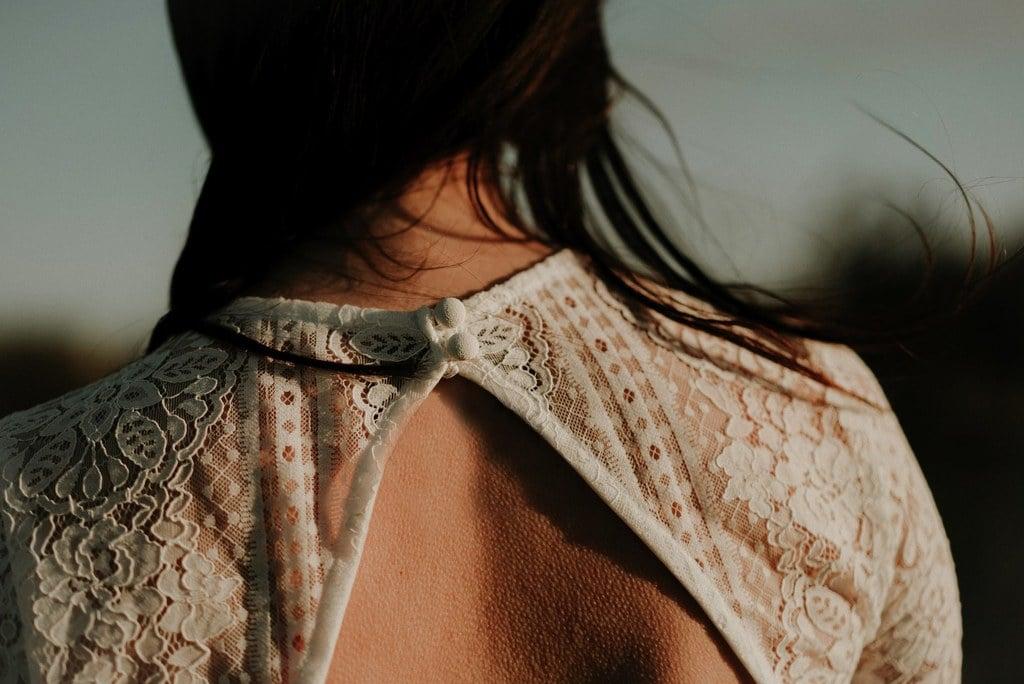 Détail dos ouvert robe de mariée - Dentelle fleurie - fermeture avec petits boutons
