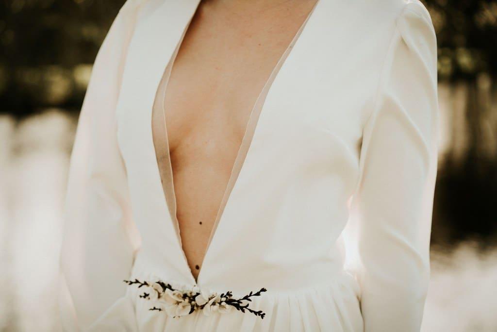 """Robe de mariée décolletée plongeant avec bande en orgonza et broche amovible en fleurs séchées et stabilisées - Fleuriste """" Atelier Aimer """" Nantes"""